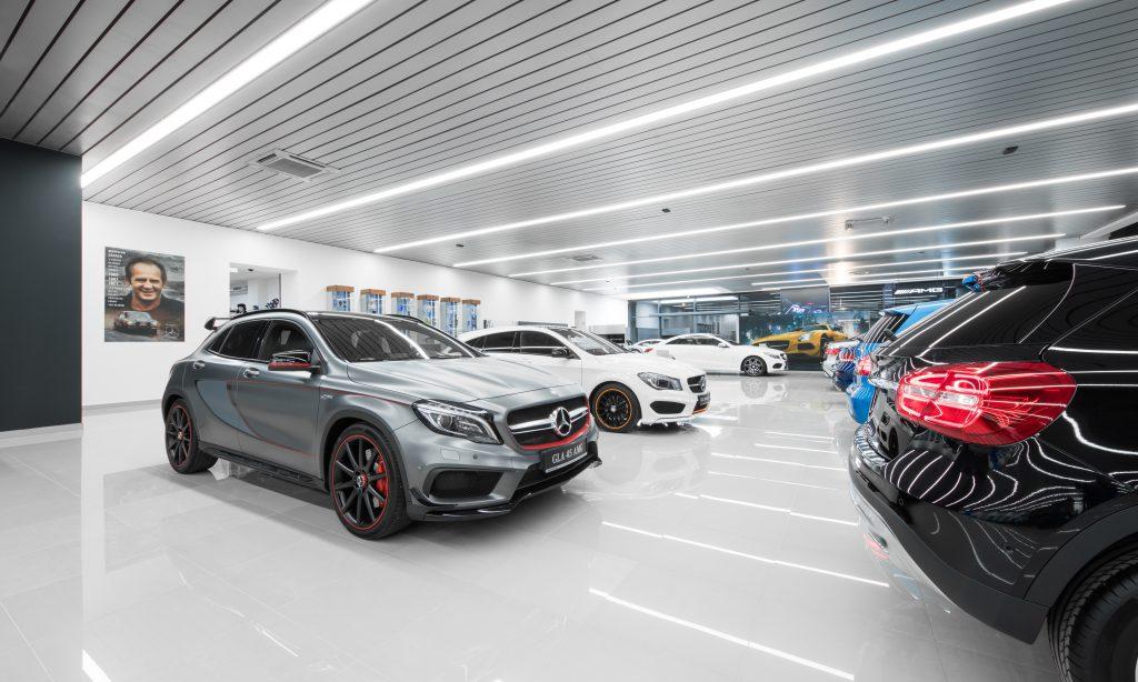 Salon samochodowy pełen światła