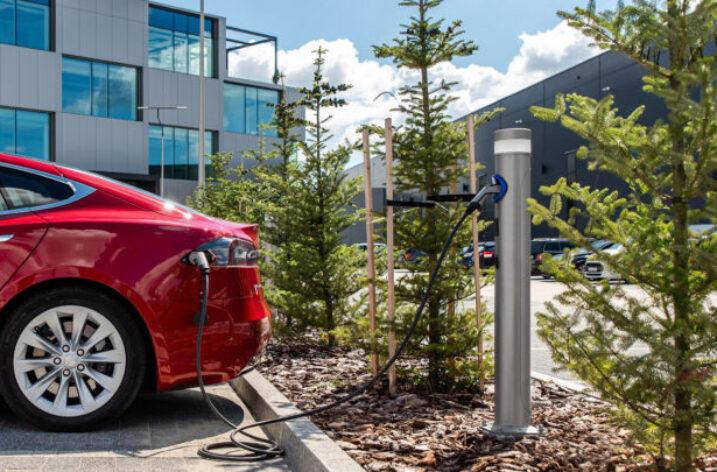 Słupy oświetleniowe produkowane w Tychach będą oświetlać ulice i ładować samochody elektryczne
